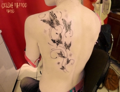 Goldie-Tattoo-Tarbes.paillons-et-arabesques-dos.web.jpg