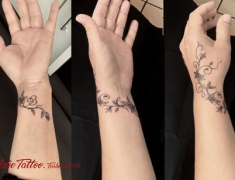 GOLDIE-TATTOO.web.bracelet-fleurs-et-initiales-.jpg