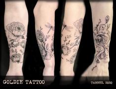 GOLDIE-Tattoo-Tarbes.-fevrier2020.web.AVANT-BRAS-PIVOINES-noir-traitsi.jpg