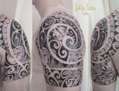 Goldie-tattoo-tarbes.avril2015.epaule-maorie.web.jpg